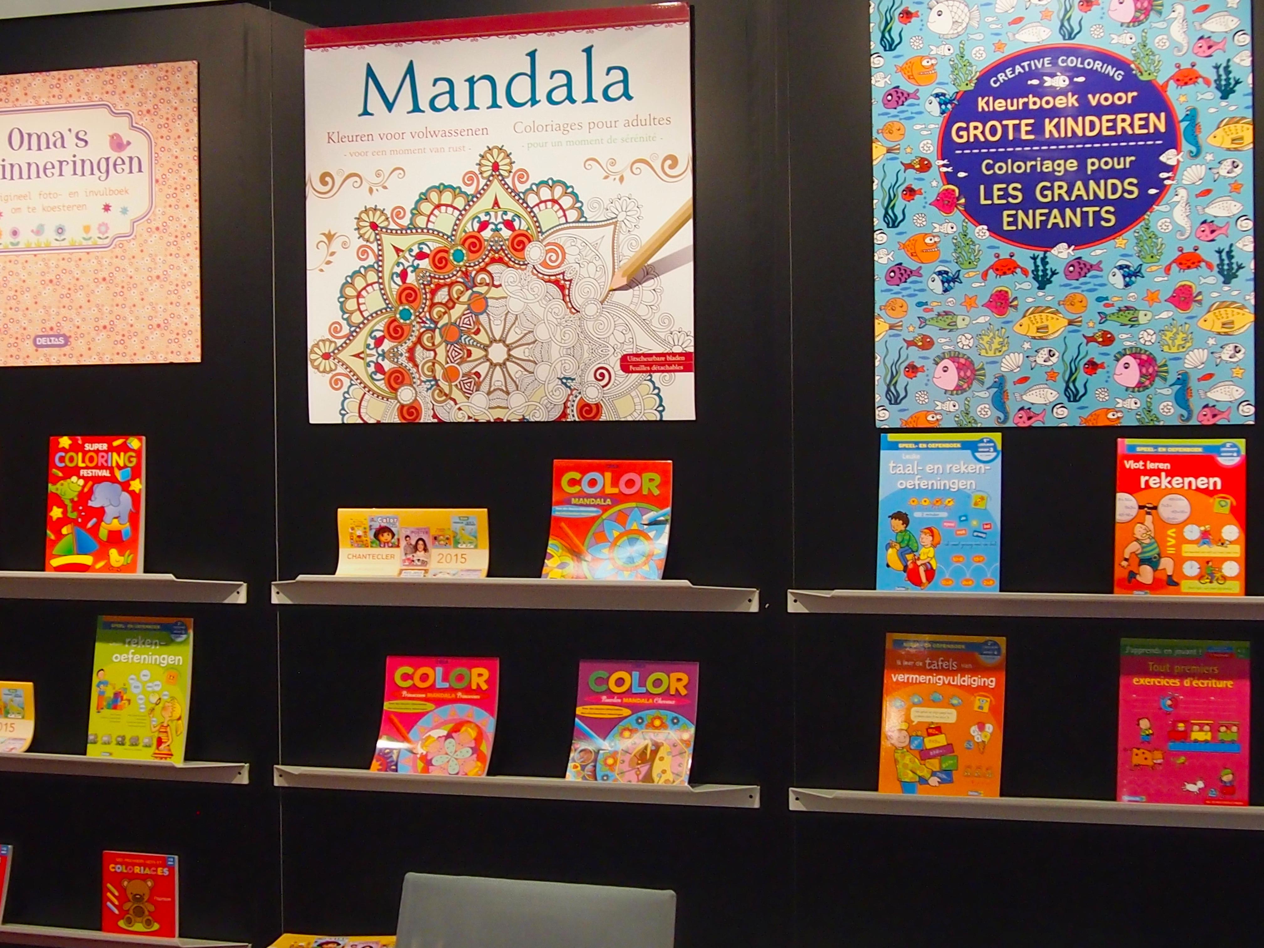 Minggu lalu waktu saya ada di Frankfurt Book Fair dan ngelewatin stand stand publisher dari Eropa ternyata banyak juga yang menampilkan buku mewarnai orang